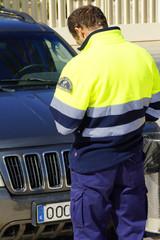 Ein Polizist schreibt einen Strafzettel