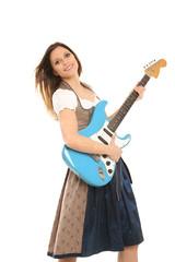 Frau in Tracht mit Gitarre