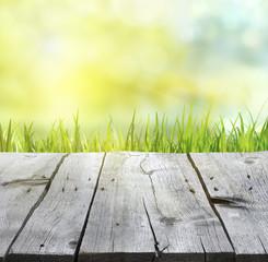 Holzbretter vor Frühlingshintergrund 2