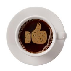 Daumen hoch in Tasse Kaffee