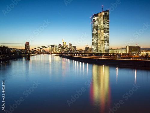 Leinwanddruck Bild Europäische Zentralbank in Frankfurt bei Nacht