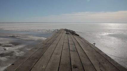 пирс на замерзшем озере