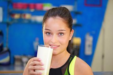 Junge Frau trink Milchshake