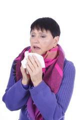 Ältere Frau mit Taschentuch und Schnupfen isoliert