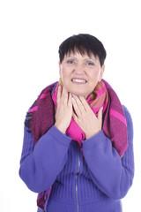 Ältere Frau mit Halsschmerzen isoliert