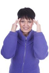 Ältere Frau mit Kopfschmerzen isoliert