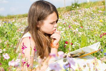 bambina concentrata a leggere