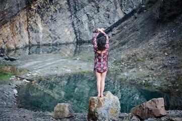 frau entspannt in den bergen