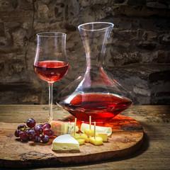 Weinverkostung mit Käse im Weinkeller