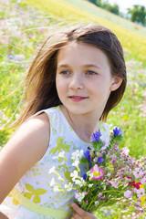 bella bambina con mazzo di fiori