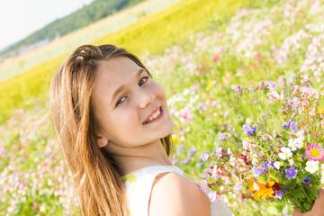 bella bambina nel campo di fiori