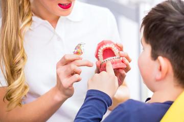 Zahnärztin erklärt Junge Zahnspange
