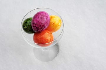 Vier Ostereier im Glas