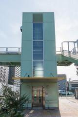 横断歩道橋のエレベーター