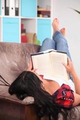 Junge Frau am lesen