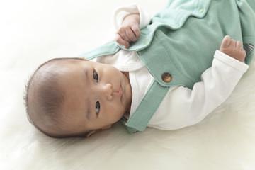横たわる赤ちゃん