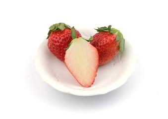 皿のイチゴ二粒半