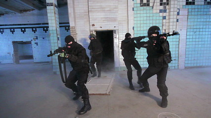 Special Forces knocks the door