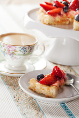 Tartlet with custard and berries and coffee