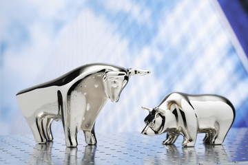Bulle und Bär, silberne Figuren, Bürohochaus im Hintergrund