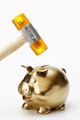 Goldenes Sparschwein und Hammer