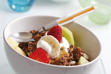 Schälchen mit Müsli, Joghurt, Kiwi, Himbeere, Banane