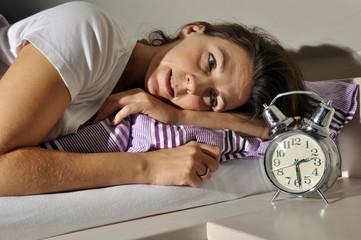 Frau hat Probleme beim Schlafen