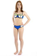 Teenager in Bikini steht
