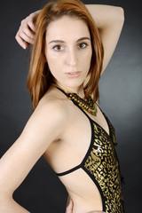 Teen trägt Body mit Leopard Muster
