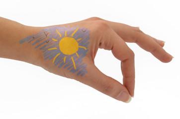 mano con disegno, cielo e sole