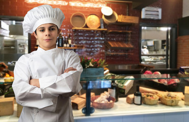 giovane chef in cucina