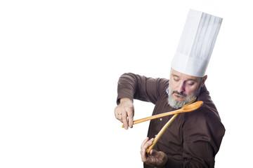 Cocinero simulando tocar el violín sobre un fondo blanco