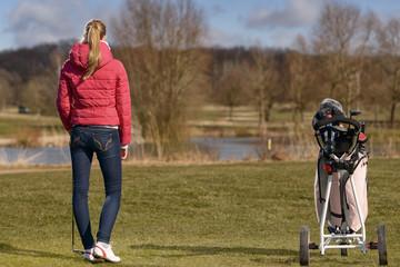 Junge schlanke Frau spielt Golf