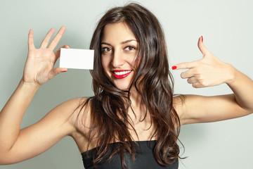 Портрет красивой молодой женщины с визитной карточкой