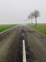Strasse im Nebel führt ins nichts