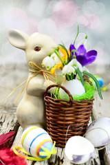 Osterhäschen mit frischen Blumen