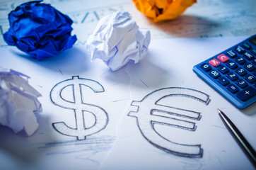 Business-Konzept: Skizze eines Dollar- und Euro-Zeichens
