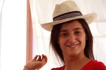 Ragazza mora con cappello 3