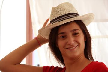 Ragazza mora con cappello 2