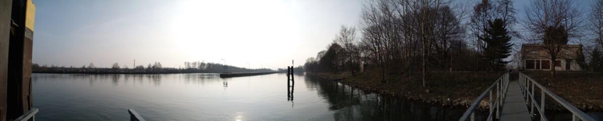 Panoramafoto Kanal im Gegenlicht