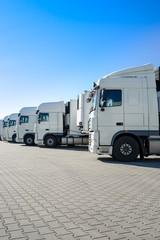 LKW-Spedition, abgestellte, weiße LKWs im Depot