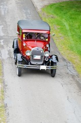 Automobile, rubinfarbener Oldtimer aus den 30er Jahren