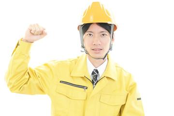 ガッツポーズの労働者