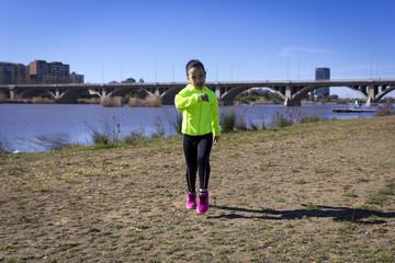 Chica joven haciendo ejercicio junto al rio en Badajoz, España
