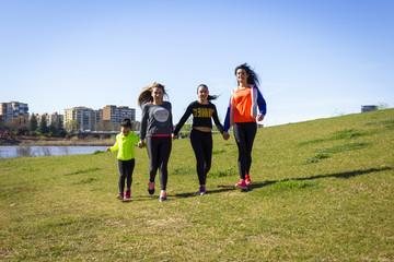 Cuatro chicas jóvenes haciendo ejercicio junto al río