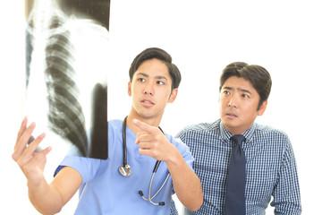 真剣な表情の医師と患者