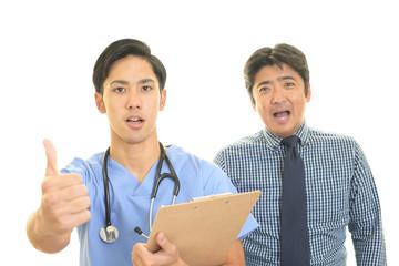 笑顔の医師と患者
