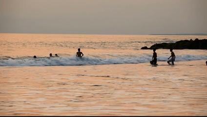 Badevergnügen nach Sonnenuntergang