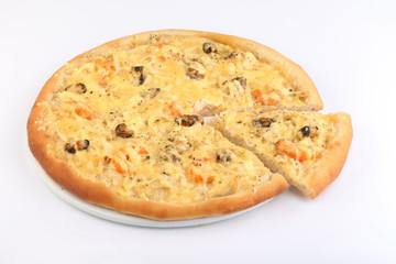 Пицца с морепродуктами на белом фоне