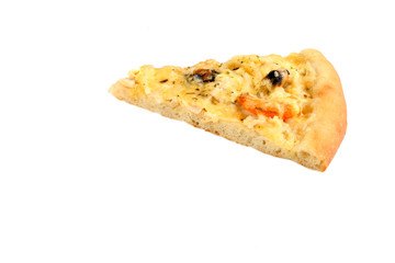 Кусок пиццы с морепродуктами на белом фоне